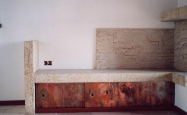 04_Zona camino_dettaglio seduta in pietra e rame